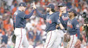 Se imponen Bravos a Astros 6-2 en el primer juego de la Serie Mundial