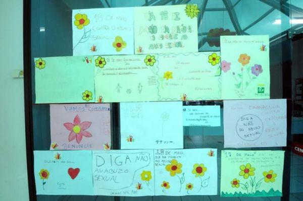 Mensagens contra a violência a crianças deixadas por alunos do Ceju em Umuarama após debates sobre o tema (Foto: José A. Sabino)