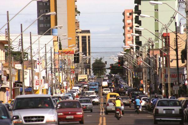 O crime aconteceu em frente à farmácia Vale Verde, na avenida principal de Arapongas (Foto: Ilustrativa)