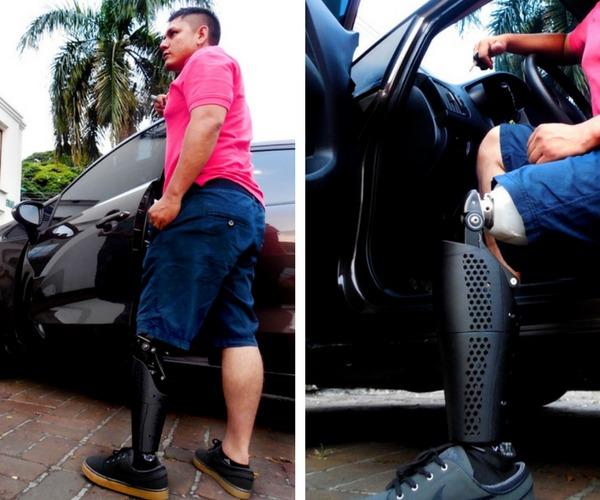 Andres Garcia y su cubierta para su rodilla protesica.