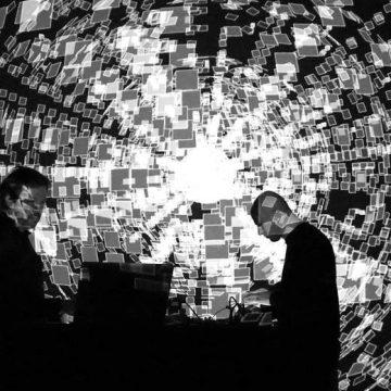 """O duo francês Antoine Schmitt e Franck Vigroux durante a performance """"Chronostasis""""/Divulgação"""