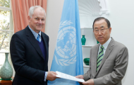Photo of Secretary-General receiving chemical weapons report on Syria from Prof. Ake Sellstrom