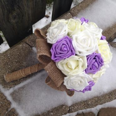 Add burlap to have a rustic bouquet