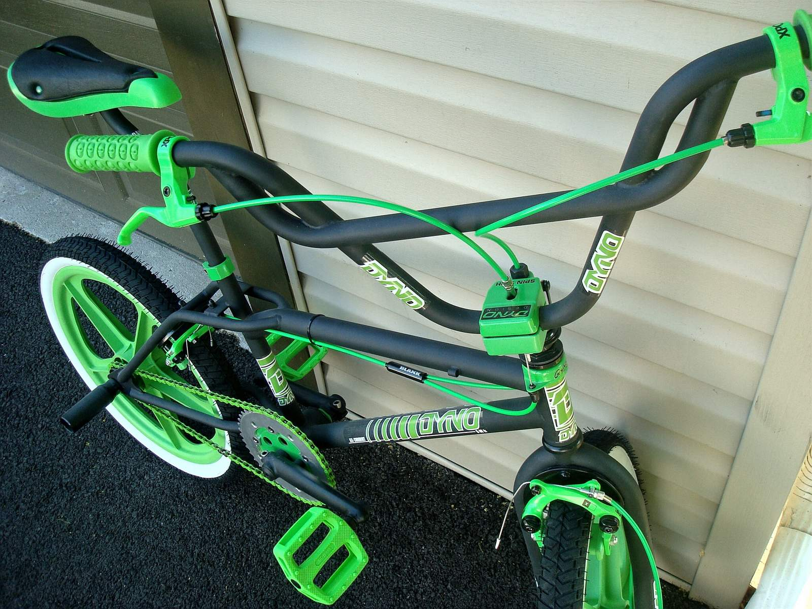 https://s3.amazonaws.com/uploads.bmxmuseum.com/user-images/55127/1985-dyno-d-30---black--green-00159569294f2.jpg
