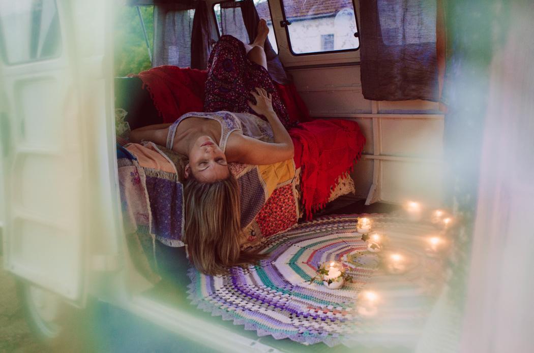 Ensaio fotográfico da Carol Iglesias, no cenário montado dentro da Kombi