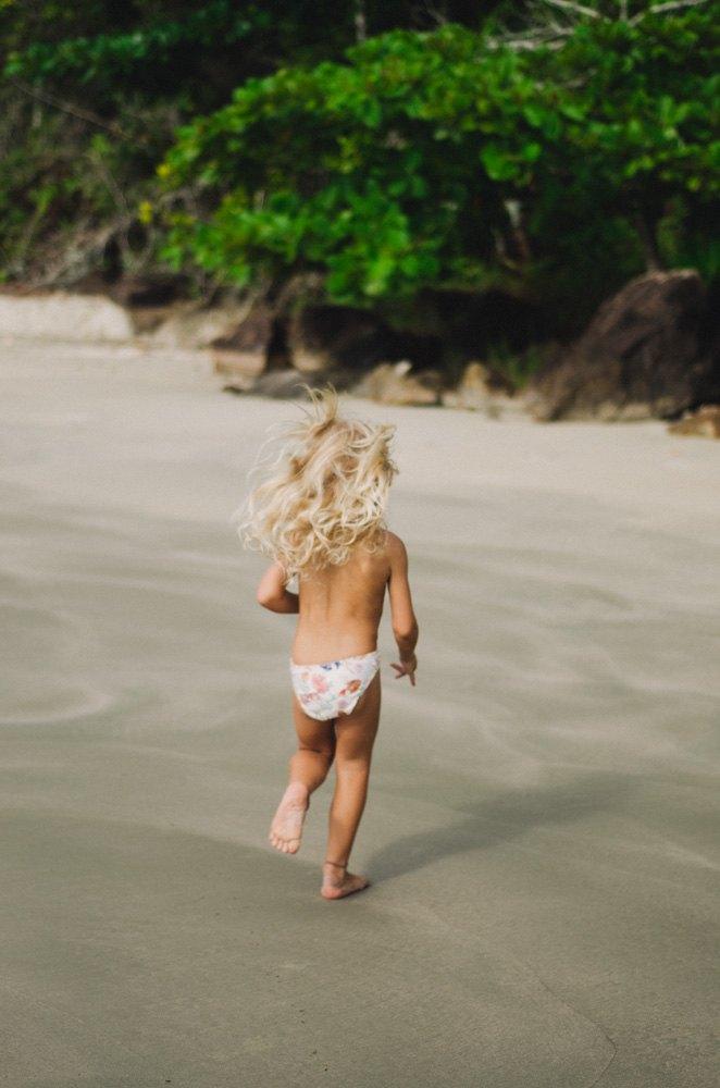 Fotografia infantil na praia do Léo em Ubatuba, São Paulo.