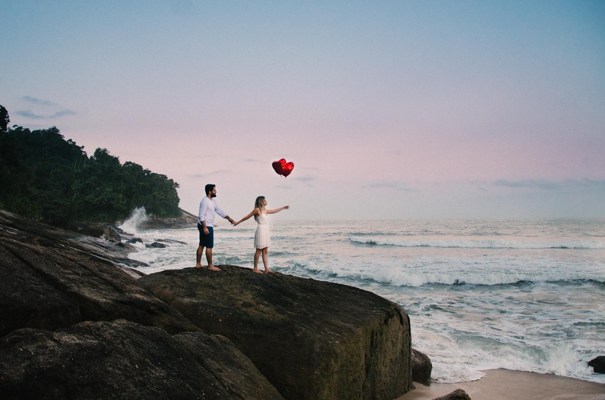 Ensaio fotográfico de casal na Praia Vermelha do Centro em Ubatuba, São Paulo.
