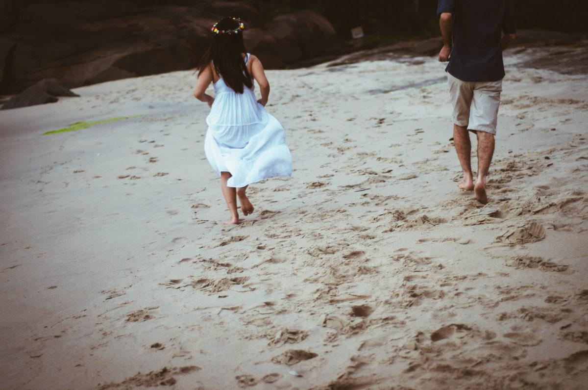 casal-apaixonado-correndo-na-beira-da-praia