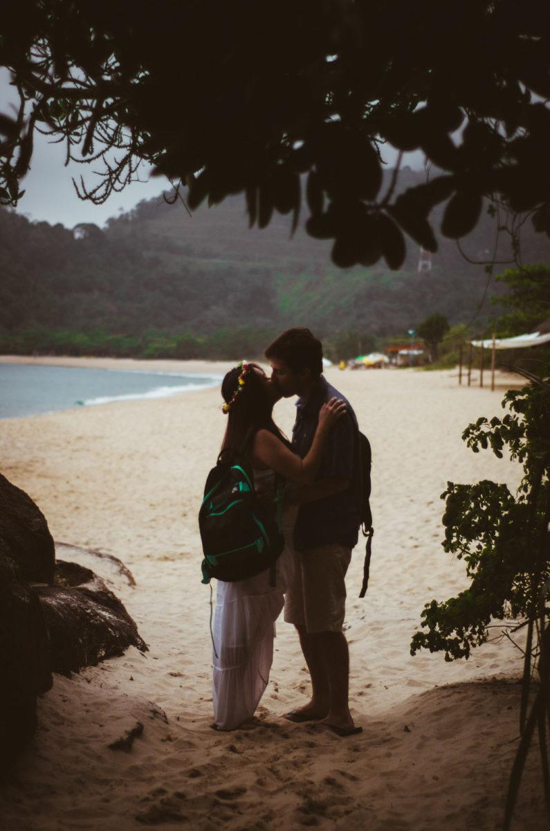casal-apaixonado-se-beijando-na-praia