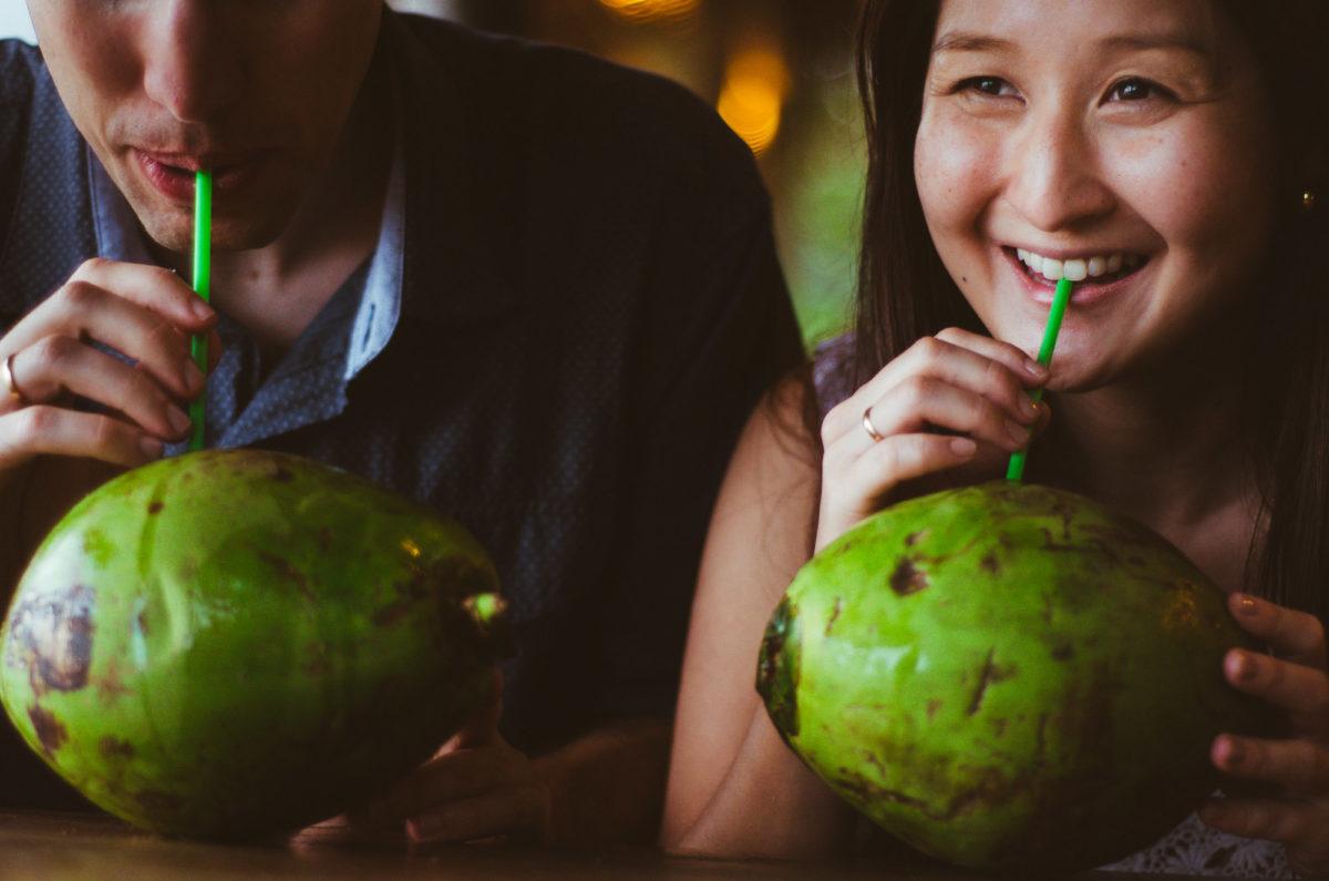 casal-tomando-agua-de-coco