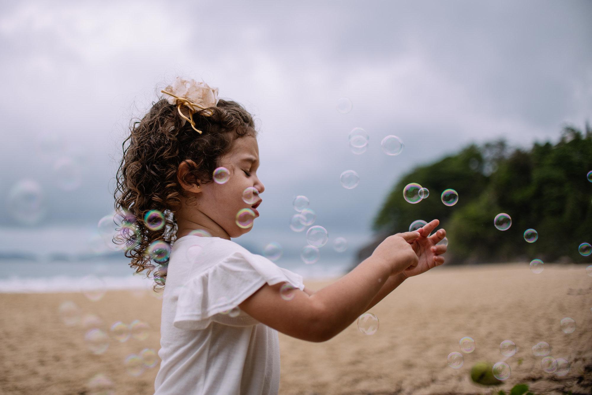 criança com bolha de sabão