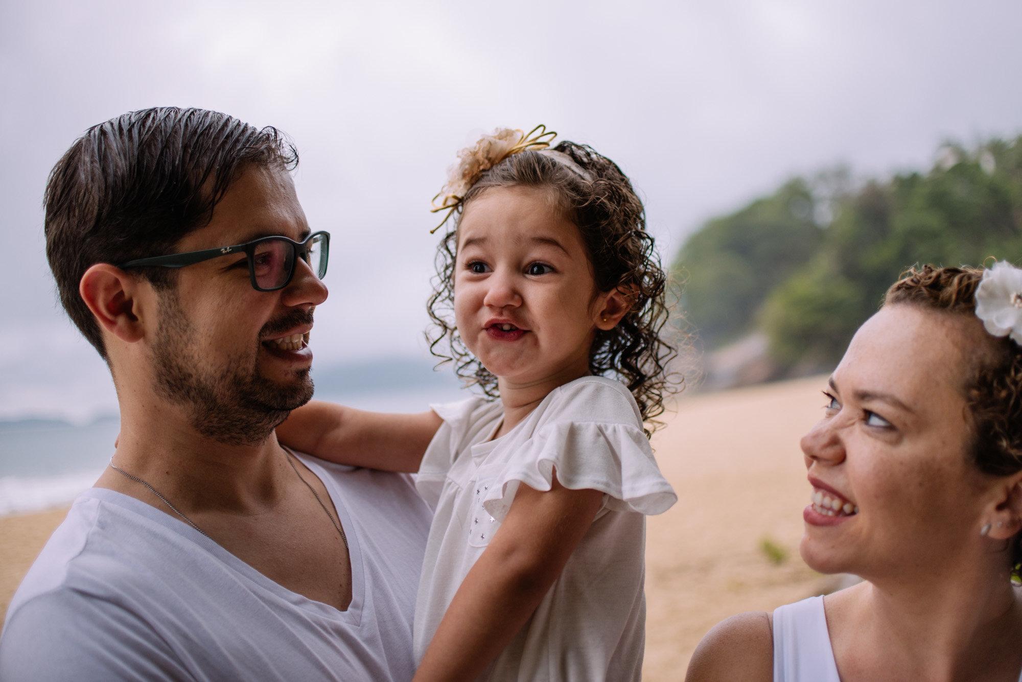menina com família na praia