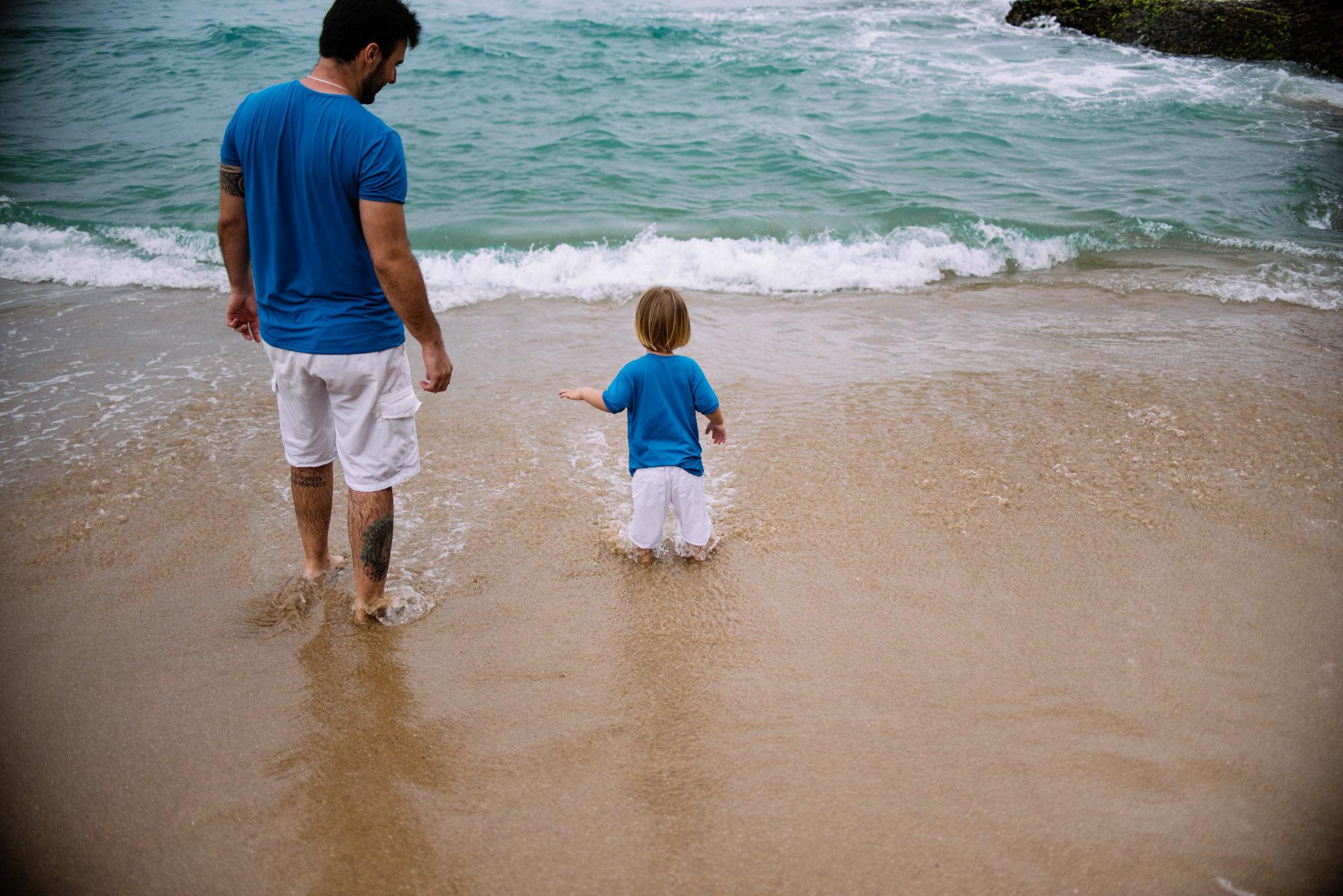 se divertindo na praia