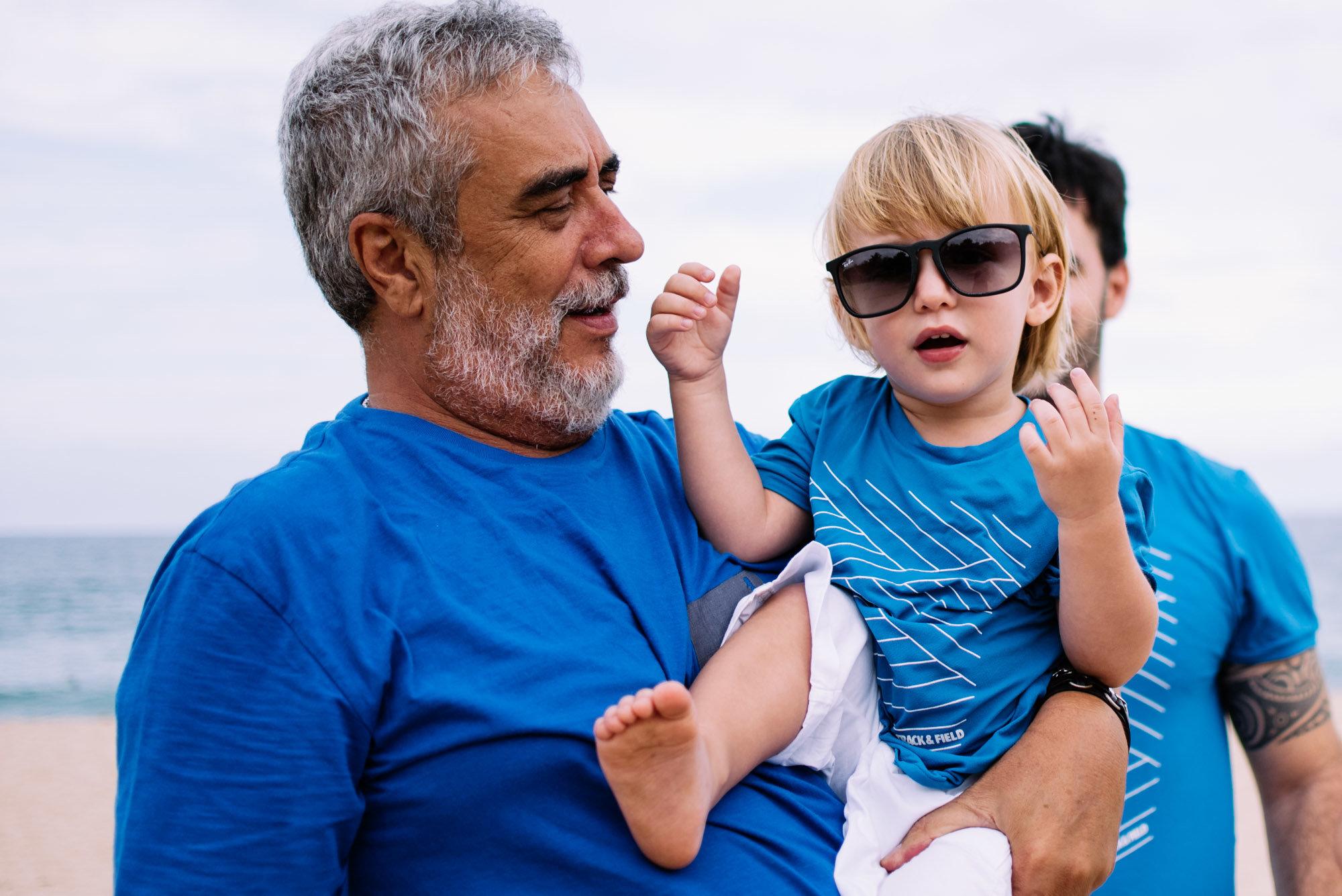 vovô com neto no colo