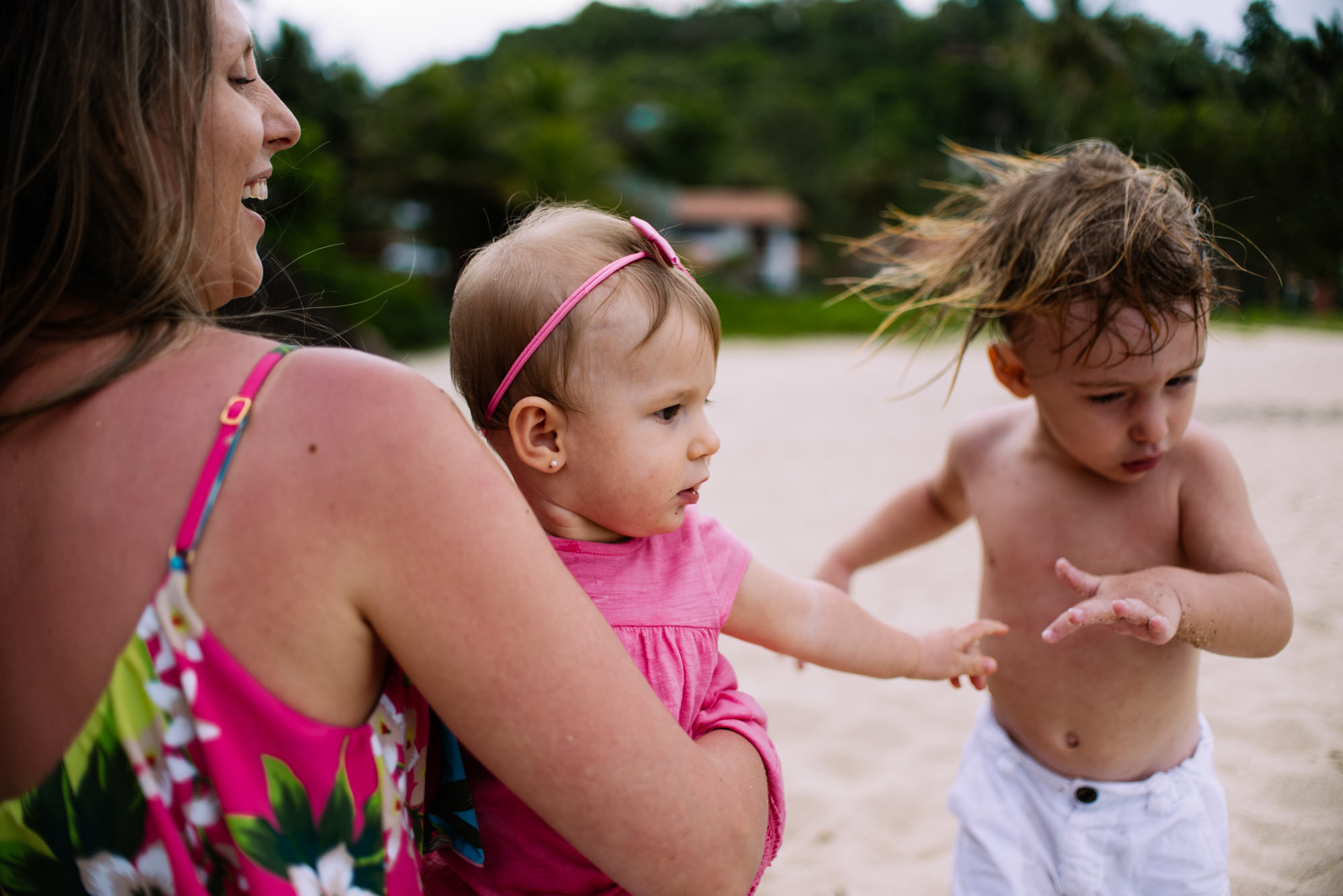 casal de filhos na praia
