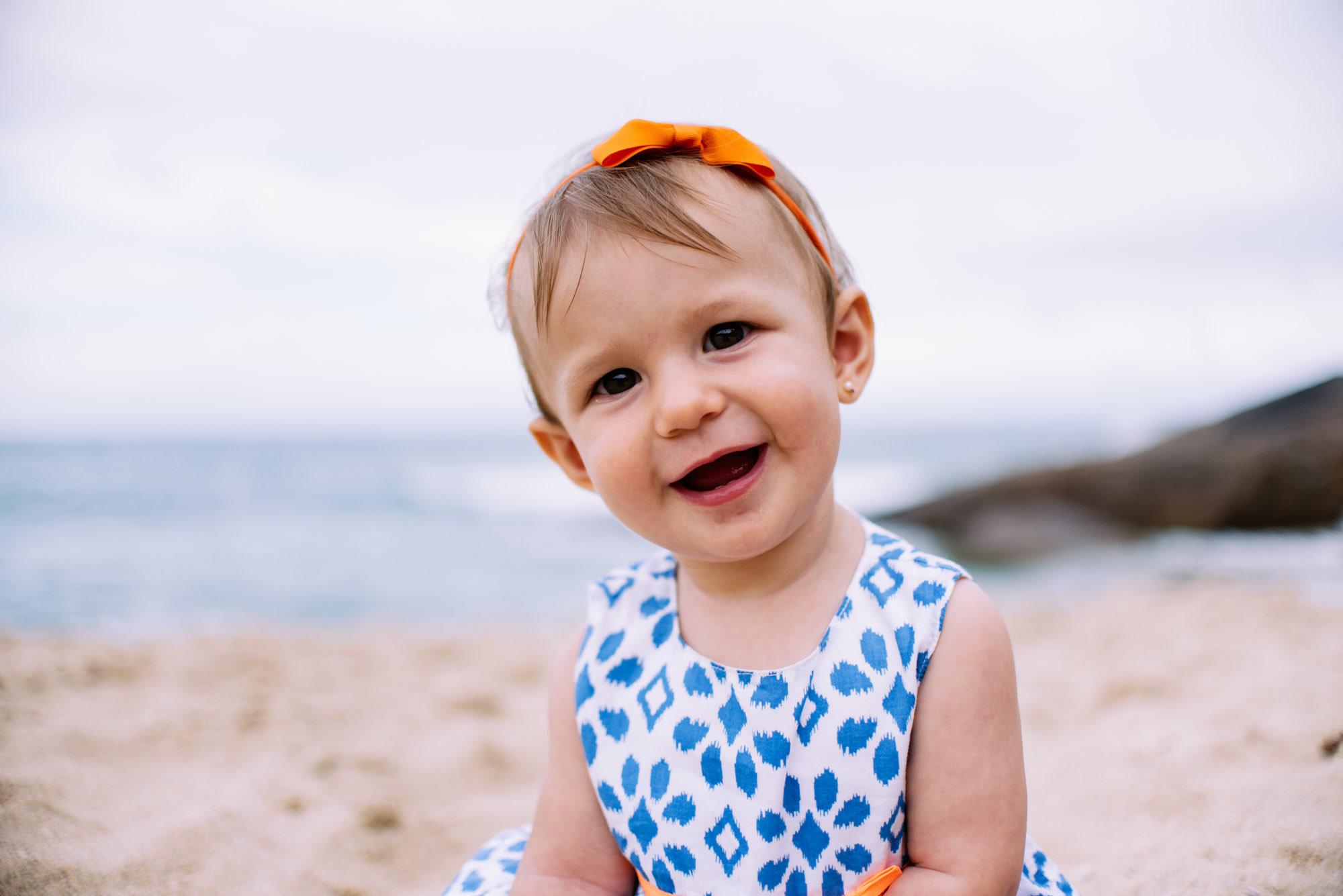 bebê menina na areia da praia