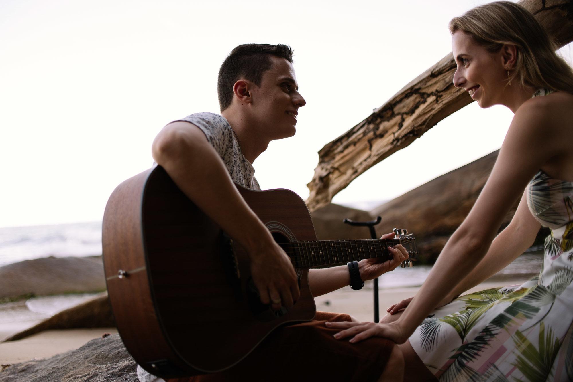 violão na praia em ubatuba
