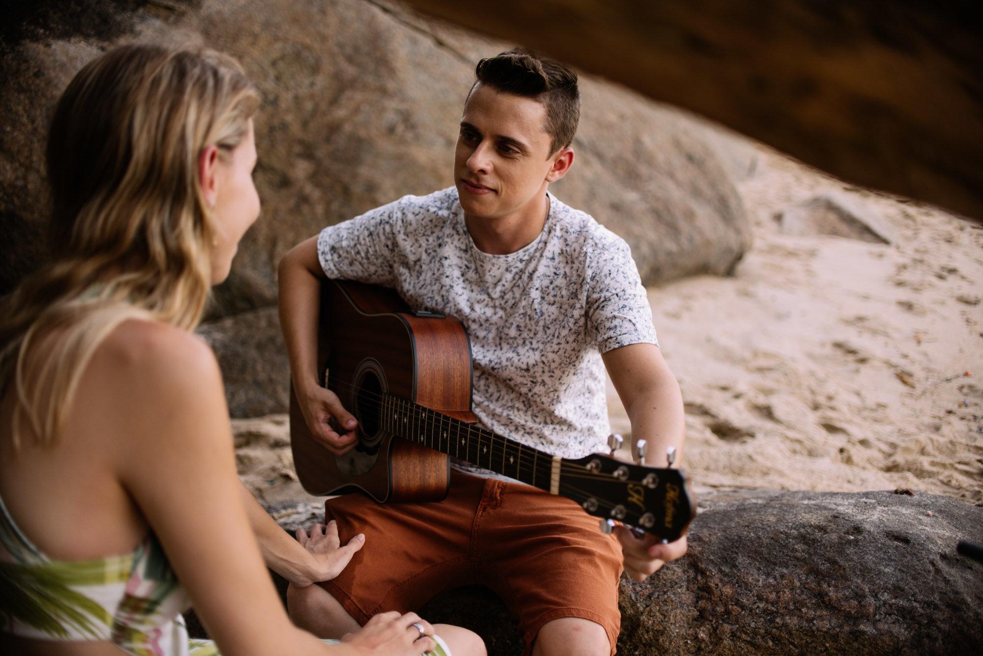 noivo tocando violão pra noiva