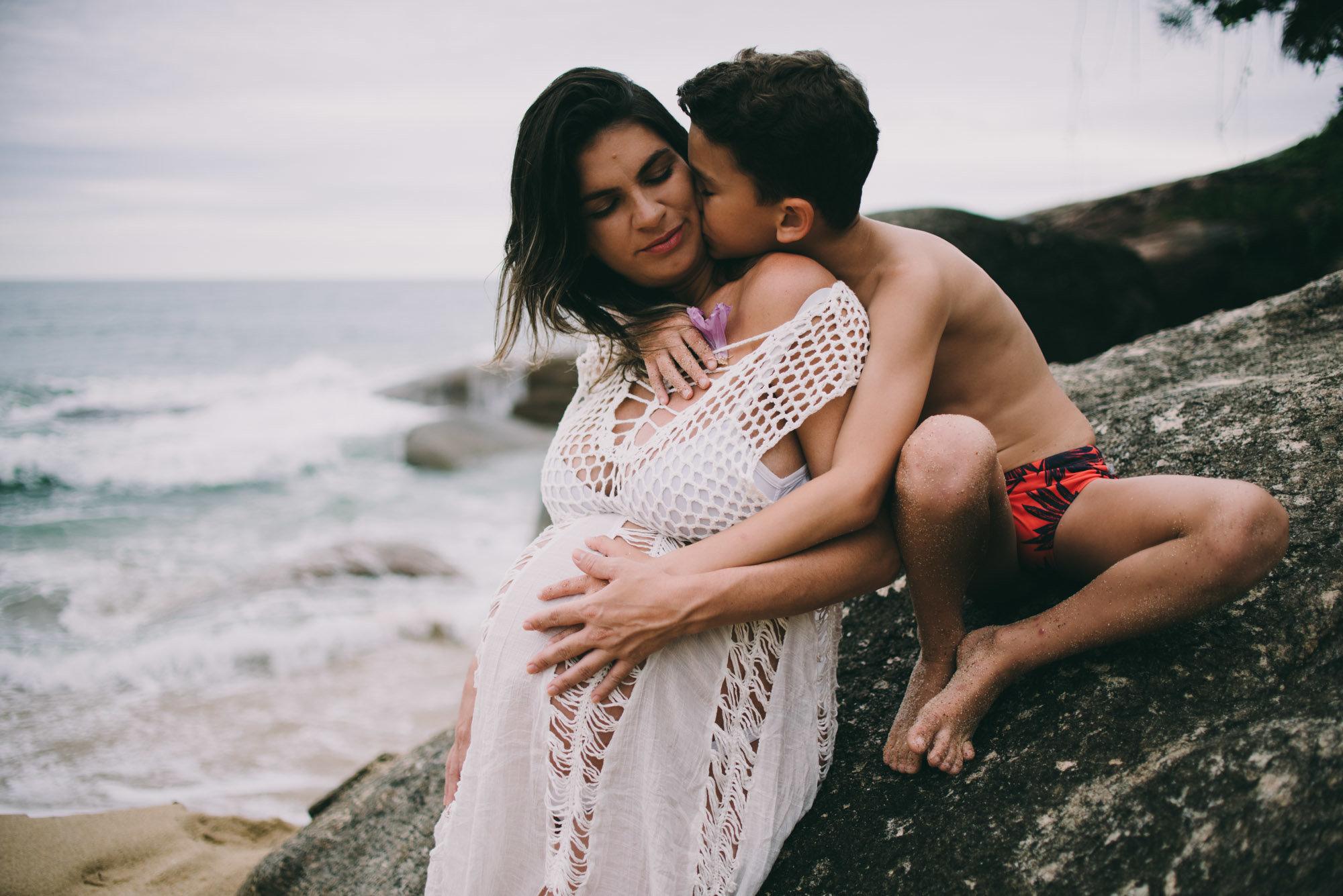 ensaio de família mãe e filho na praia ubatuba