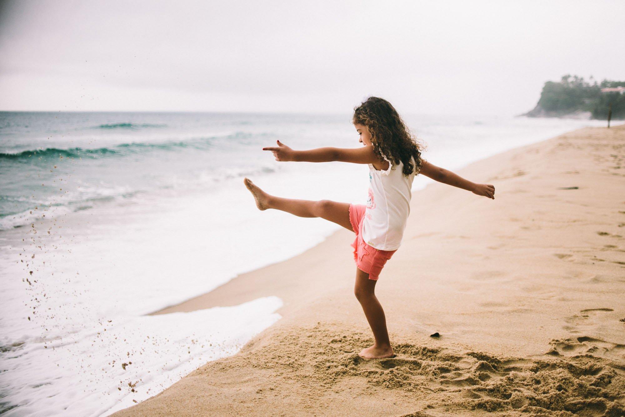 criança brincando na praia ubatuba