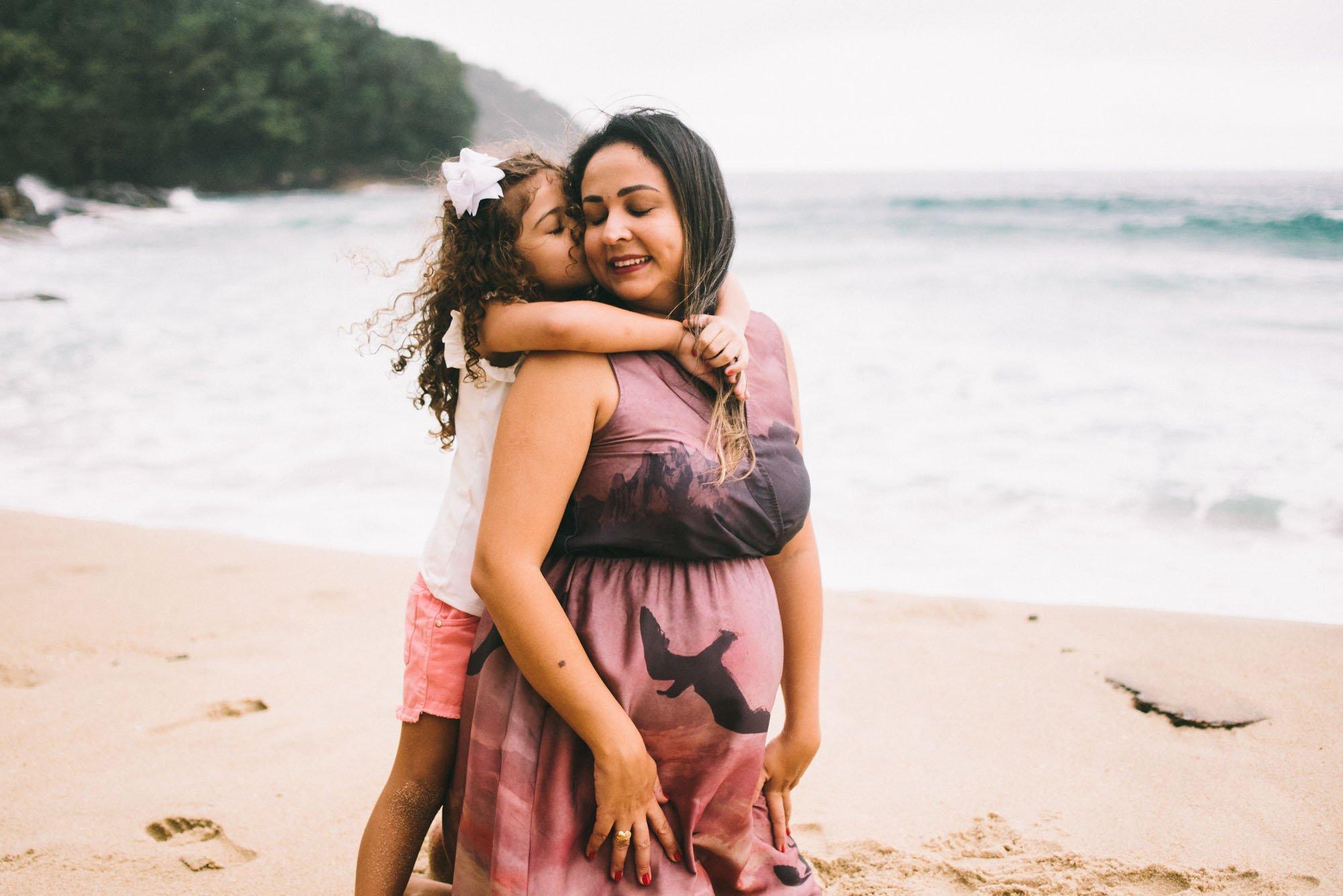 mãe grávida com filha ubatuba