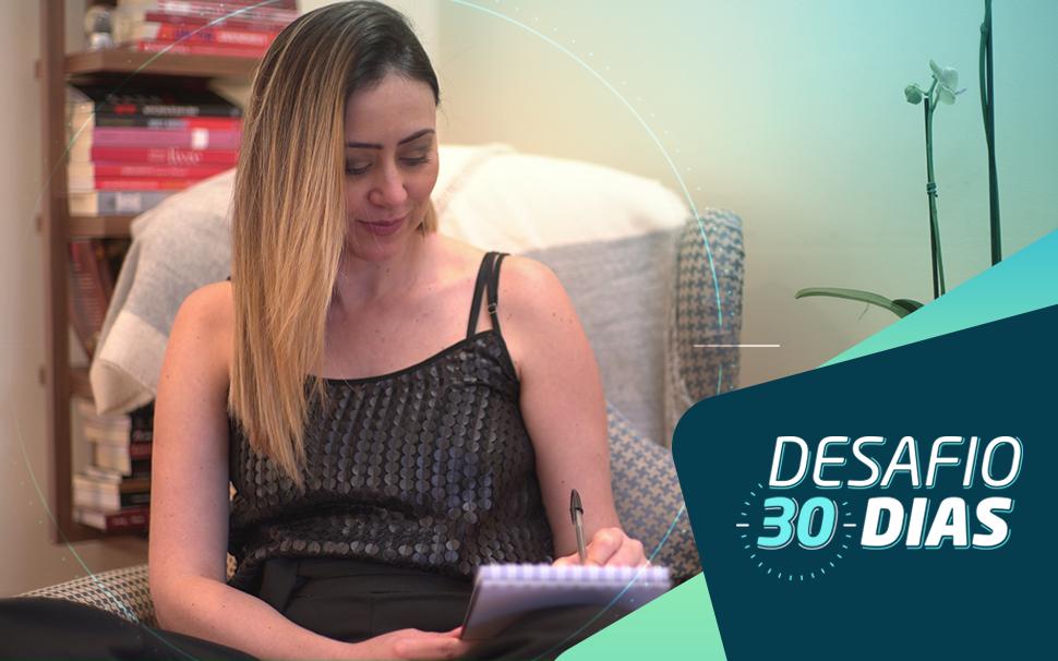 Na imagem uma mulher loira faz anotações em um bloco de anotações e no canto direito temos a logo do Desafio 30 Dias