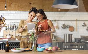 Na imagem, mulheres na cozinha usam app Sparkle