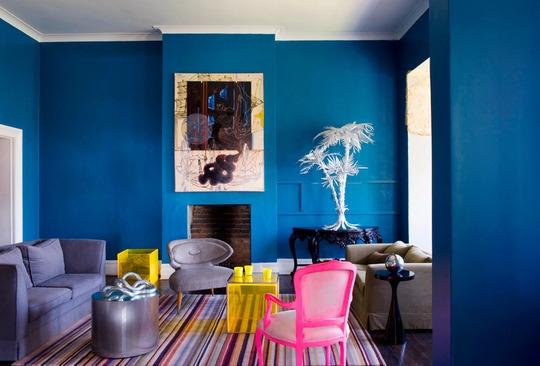 criação de cenário com parede colorida de azul