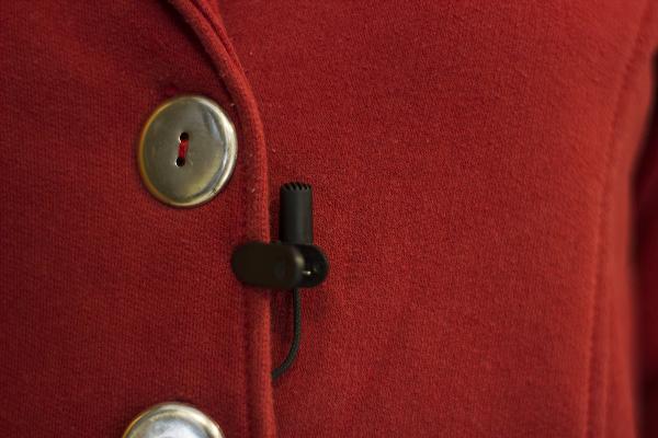 microfone lapela na blusa para gravar áudio