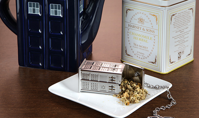 Doctor-Who-TARDIS-Tea-Infuser-The-Gadget-Flow