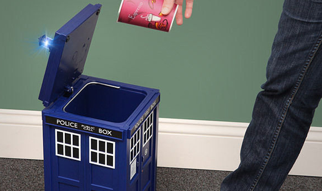 Doctor-Who-TARDIS-Wastebin-The-Gadget-Flow