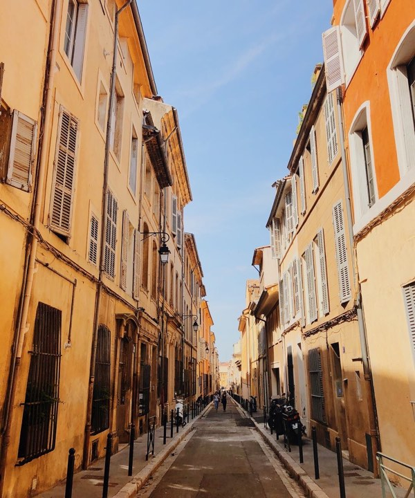 High school student wanders the streets of Aix in France on their summer tour