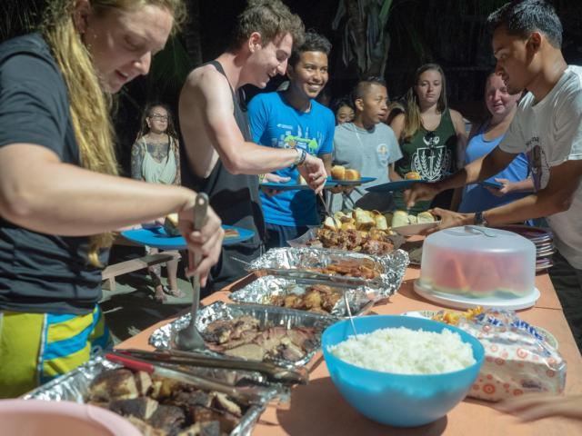 19 volunteer-dinner-in-belize