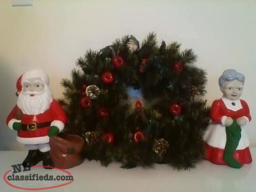 CHRISTMAS Wreath & Ceramic Mr. & Mrs. Claus
