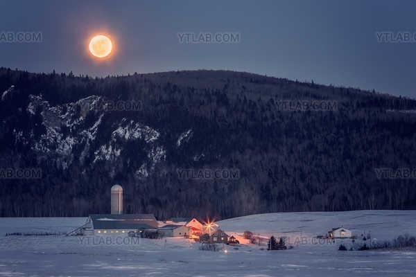 Lune, montagne et ferme