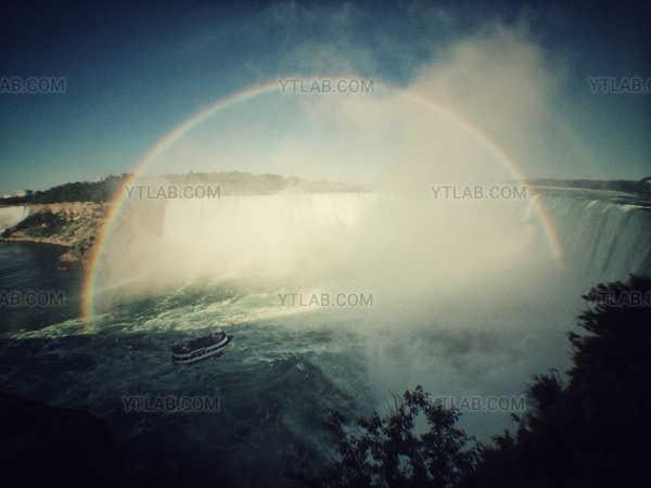 Un arc en ciel dans les Chutes du Niagara
