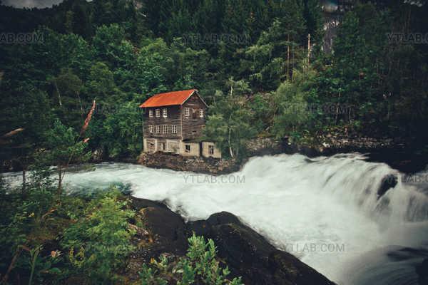 Maison au bord d'une rivière