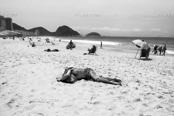 Homme sur la plage, Copacabana, Brésil
