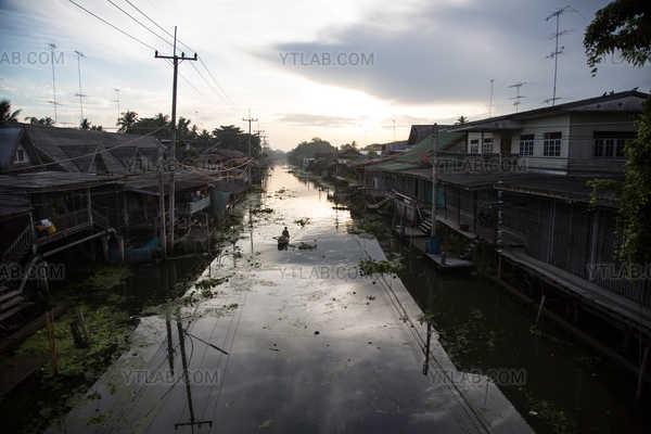 Lever du soleil à Damnoen Saduak, Thaïlande, 2015