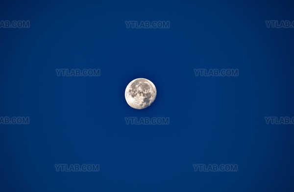 Lune sur bleu