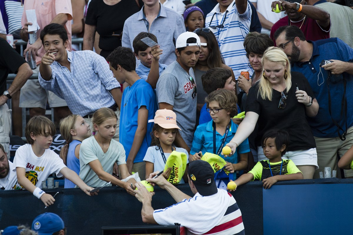 IMG_6438_Isner_with_fans