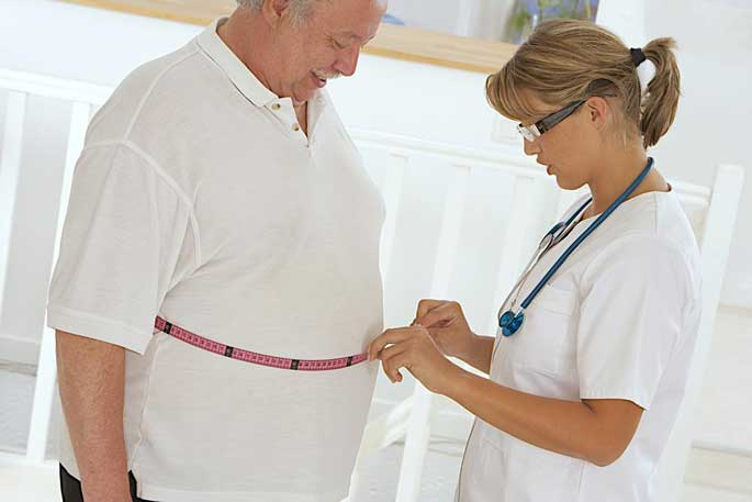 A female nurse talks to a male patient about weight loss