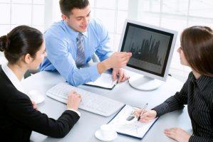 A consultant team analyzes data.