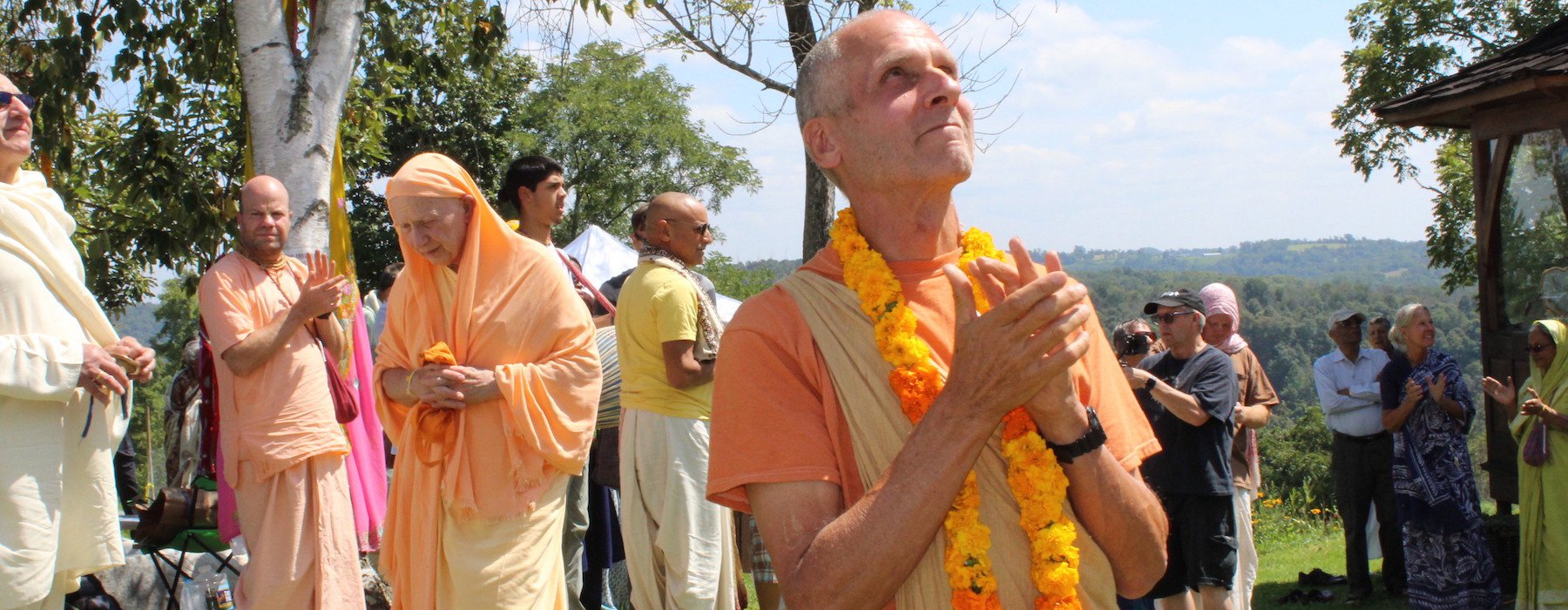 25 Varsana Swami looking up