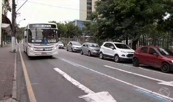 Motoristas desrespeitam faixa exclusiva para ônibus, em Volta Redonda, RJ (Foto: Reprodução TV Rio Sul)