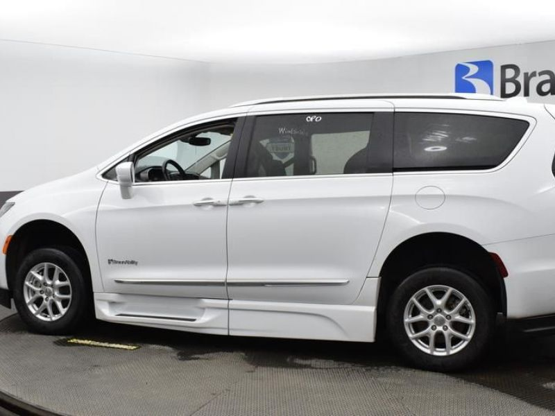 White Chrysler Pacifica image number 3