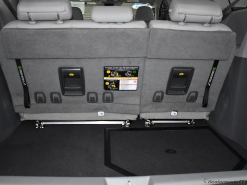 Silver Toyota Sienna image number 13