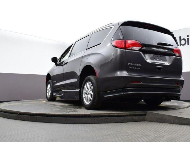 Gray Chrysler Voyager image number 33