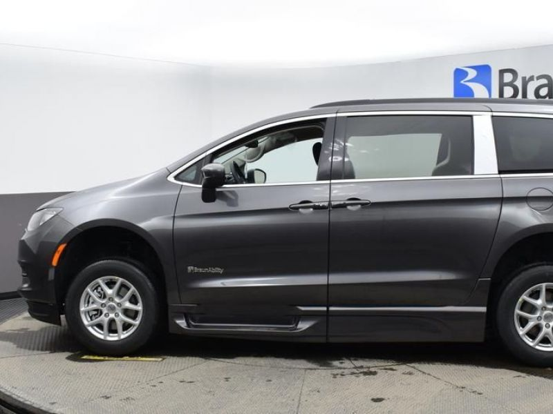 Gray Chrysler Voyager image number 3