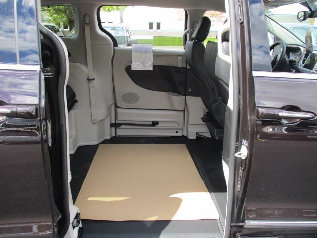 Brown Chrysler Pacifica image number 18